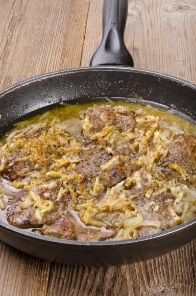 Andouillette au vin blanc, purée d'oignon et pommes